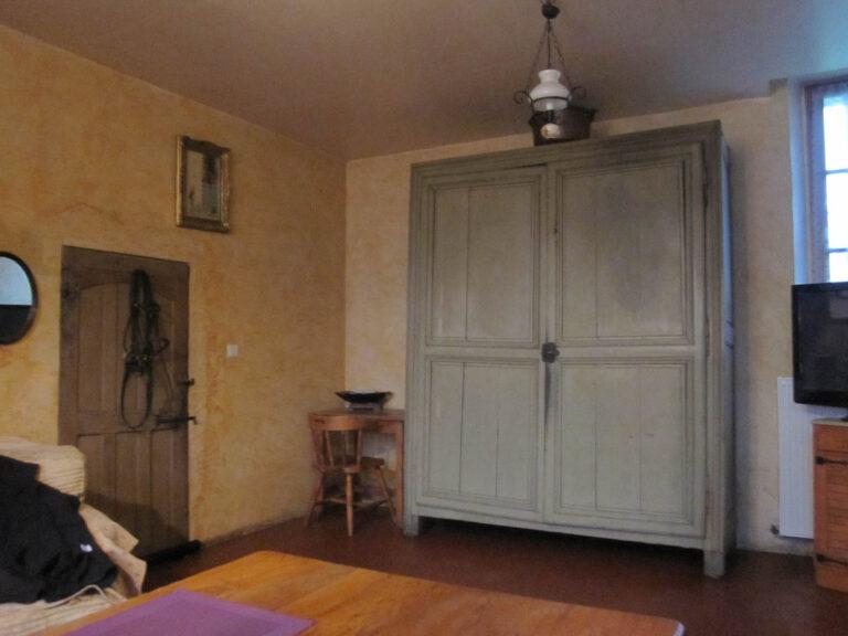 Grande armoire grise dans une cuisine rustique