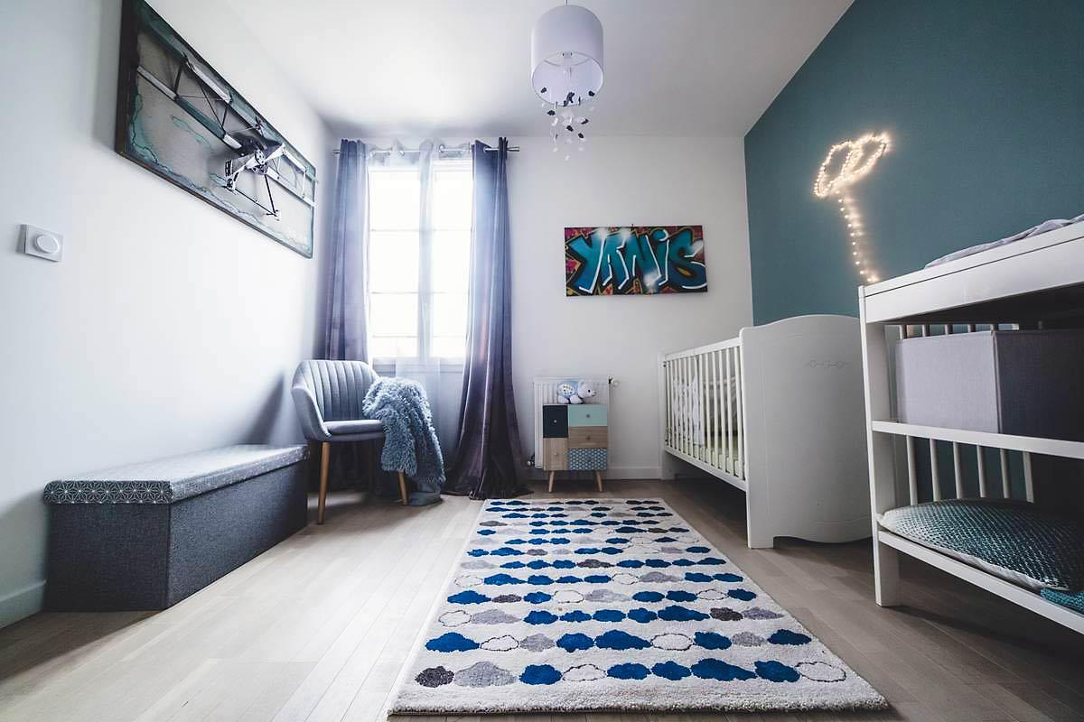 Chambre de bébé pour un garçon dans des tons de bleu