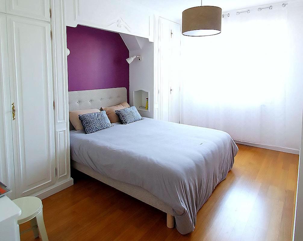 Chambre parentale avec lit-pont et t^te de lit fuschia.
