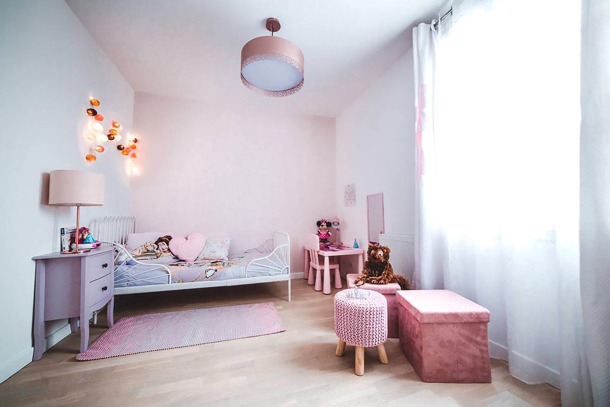 Chambre de petite fille dans les tons pastel rose