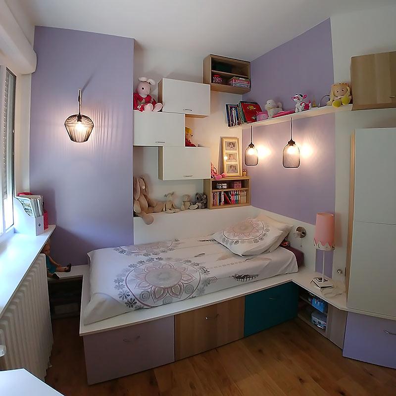 L'agencement personnalisé du mobilier, des luminaires et du lit sur-mesure de la chambre de jeune fille.