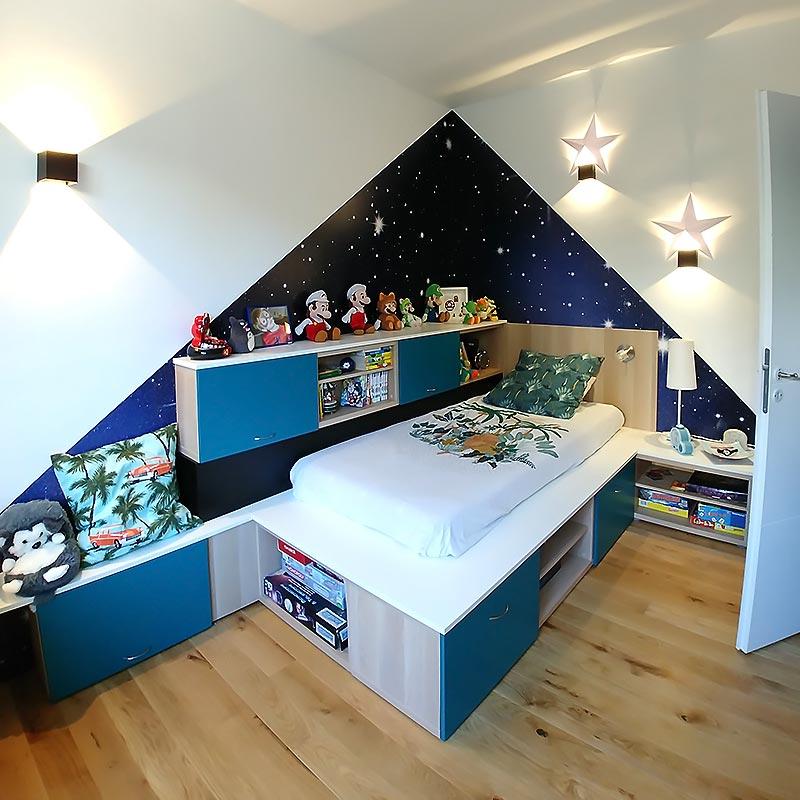 Lit sur-mesure et agencement personnalisé dans la chambre du garçon après les travaux de rénovation.