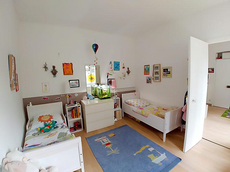 Chambre d'enfants avec deux lits.