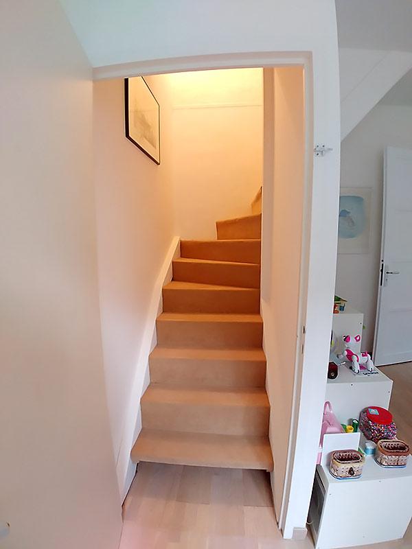 palier bas d'un escalier d'accès aux combles.