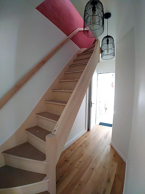 Escalier réalisé sur-mesure par un menuisier professionnel.