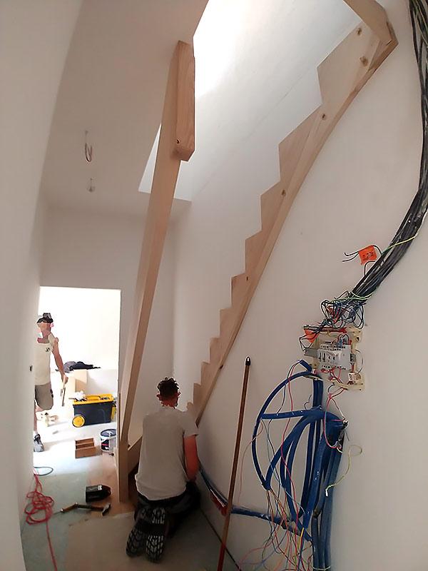 travil de pose d'un escalier sur-mesure.