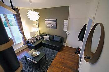 la location meublée vue depuis l'escalier d'accès à l'étage.