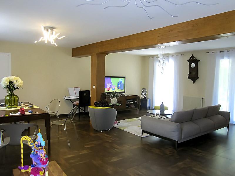 Le salon dans ses couleurs d'origine en jaune pâle.