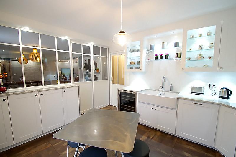 Verrière de séparation dans une cuisine de style Craftsman