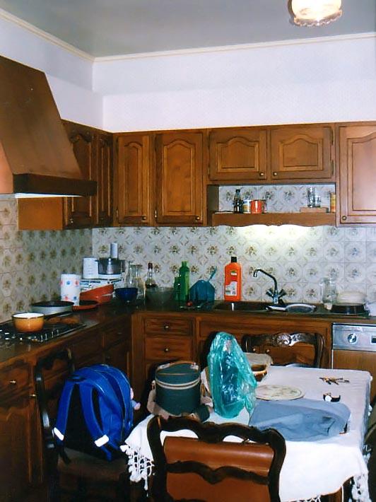 L'ancienne cuisine qui sera réutilisée après néttoyage et remise en peinture.