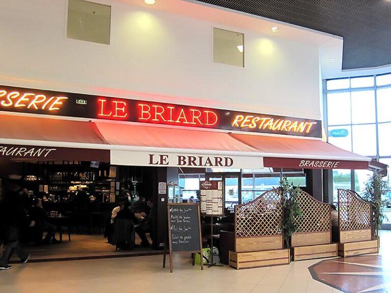 "La devanture de la brasserie ""Le Briard"" avant la modernisation"