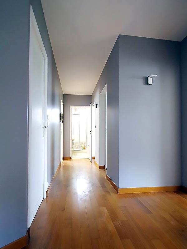 Le nouveau coloris bleu parme du couloir de l'étage.