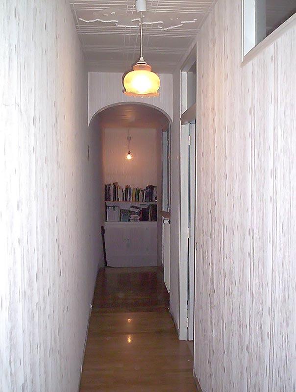 Couloir sombre avant travaux.