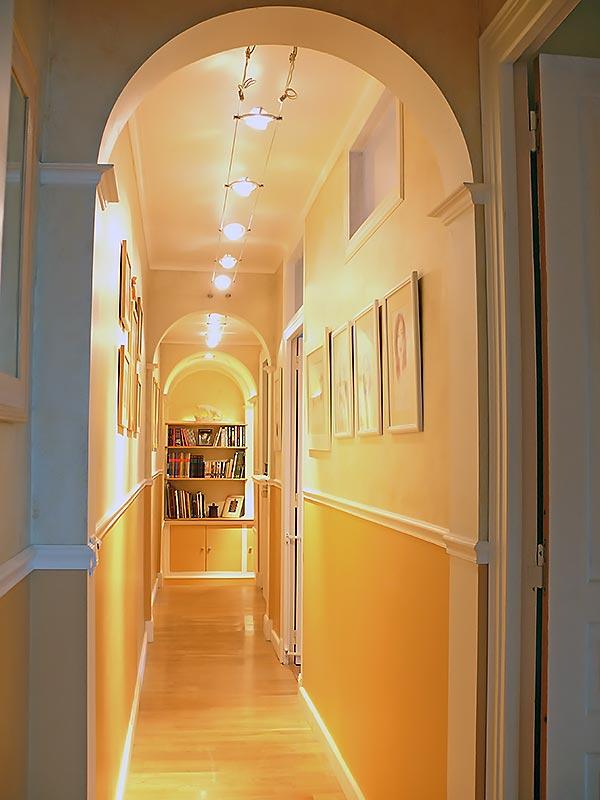 Le couloir réaménagé en galerie photo et bibliothèque.