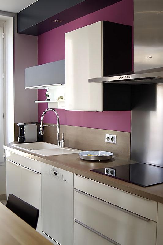 Agencement du mobilier noir et blanc de la cuisine coté préparation.