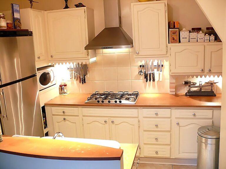 Vue d'ensemble de la cuisine repeinte en blanc.
