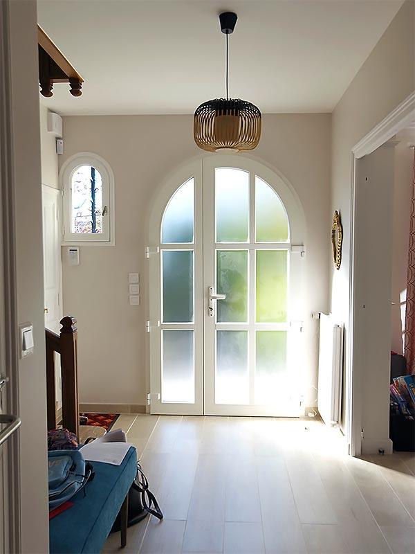 L'entrée avec le nouveau sol en carrelage clair.