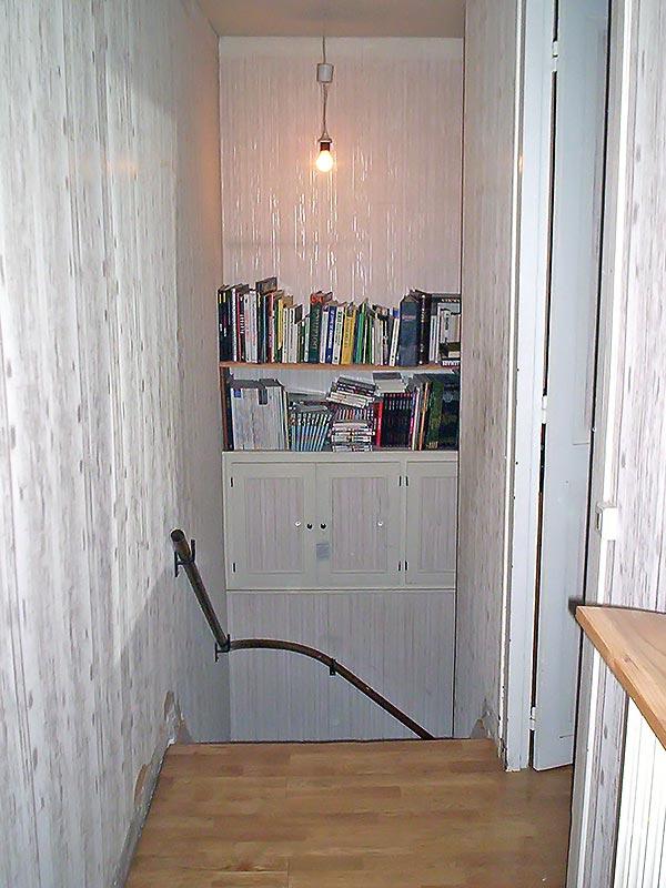 Le haut de l'escalier avant sa transformation en bibliothèque.