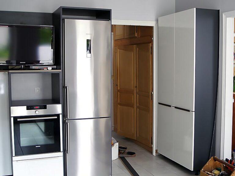 Travaux d'installation des armoires et colones four de la cuisine.