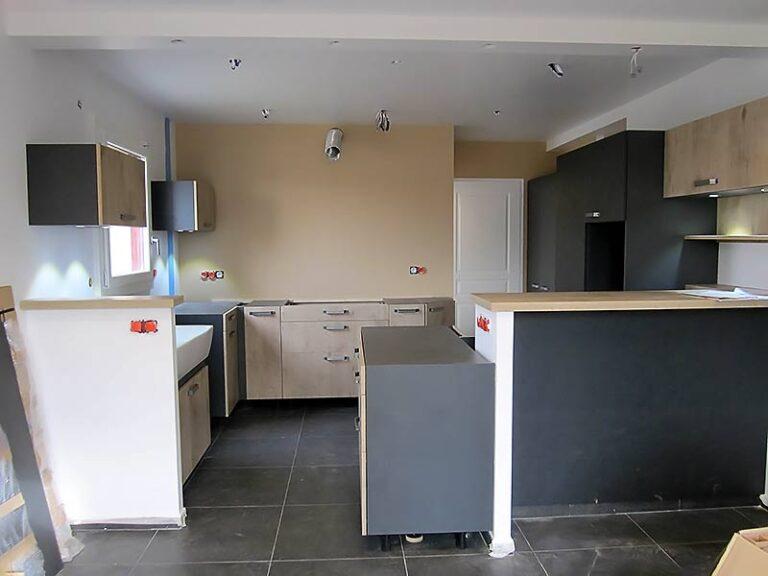 Le mobilier de la cuisine en cours d'installation.