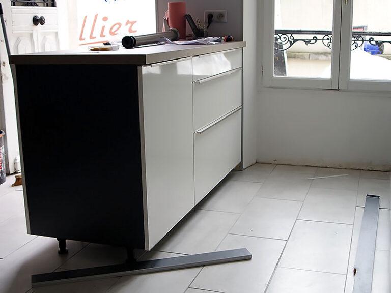 Pose des plinthes des meubles du comptoir de la cuisine.