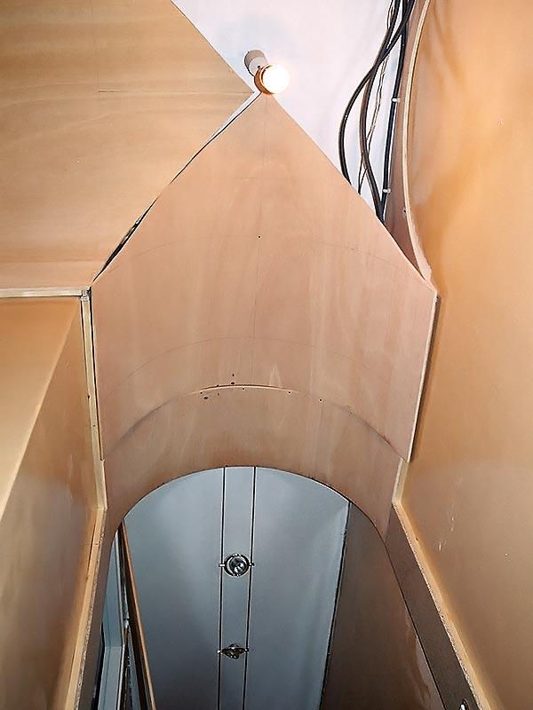 Mise en place des arches en ogives faites en contreplaqué cintrable.