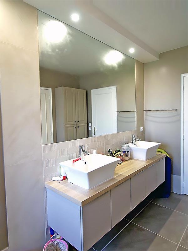 Le plan à deux vasques de la nouvelle salle de bain.