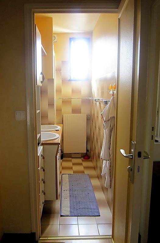 La petite salle de douche avant travaux.