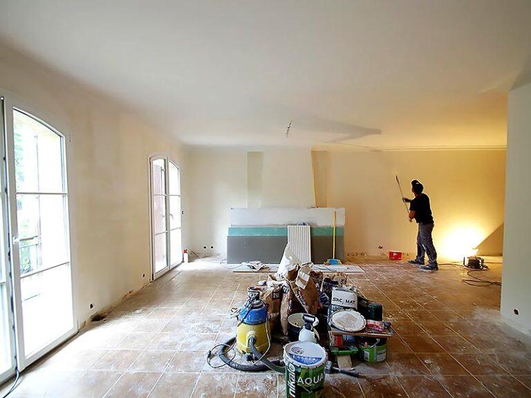 Travaux de peinture dans le grand séjour.