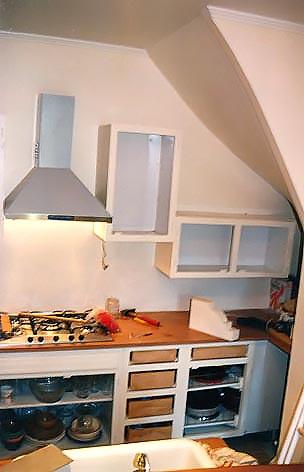 Installation du mobilier récupérer dans l'ancienne cuisine.