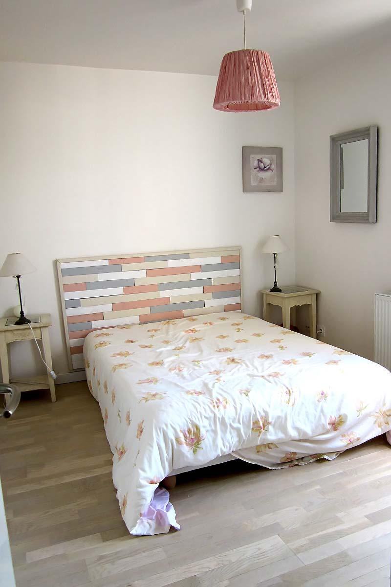 La future chambre de fille avec un lit double avant le réaménagement et les travaux