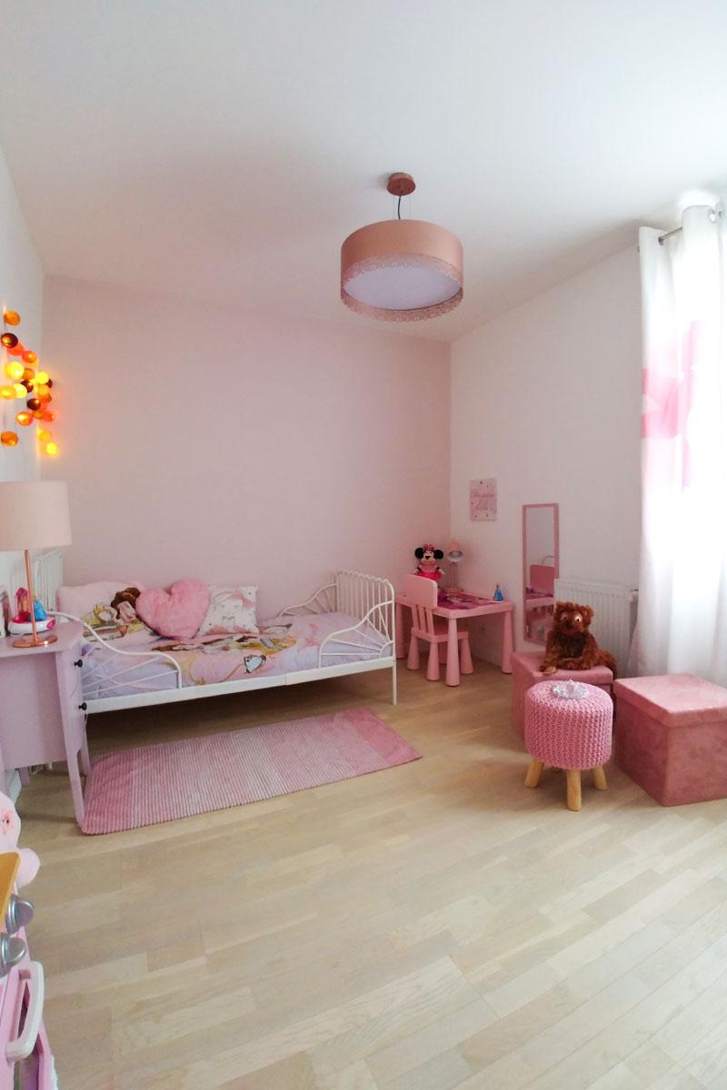 Chambre de fille très girly dans les tons rosés après les travaux.