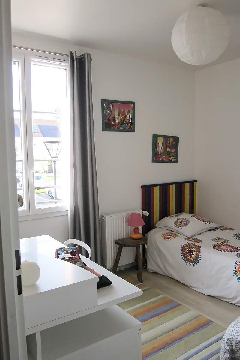 Chambre d'enfant avec 2 lits simple et un petit bureau