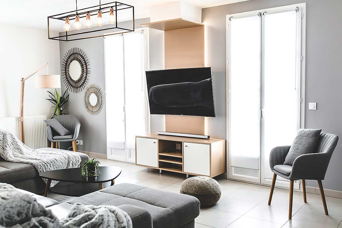 Le meuble télévision côté salon mis en lumière avec des LEDS intégrés.