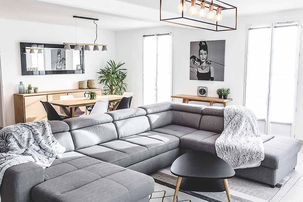 Grand canapé d'angle moderne côté salon.